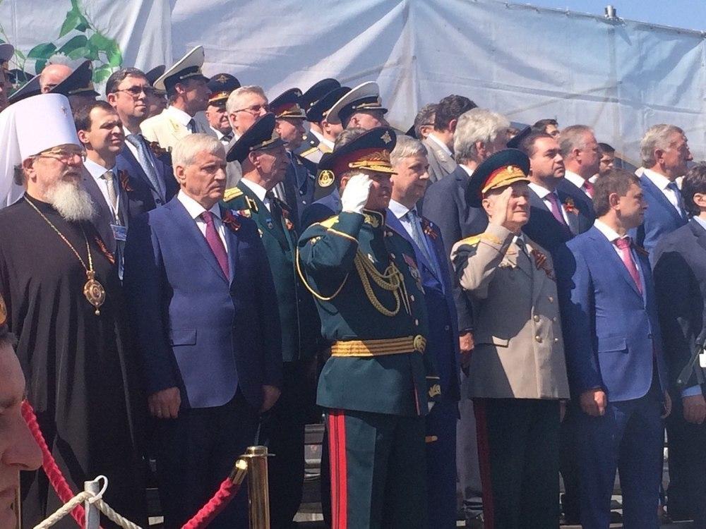 Воронежский губернатор, чиновники и митрополит встали в центре Парада вместо ветеранов