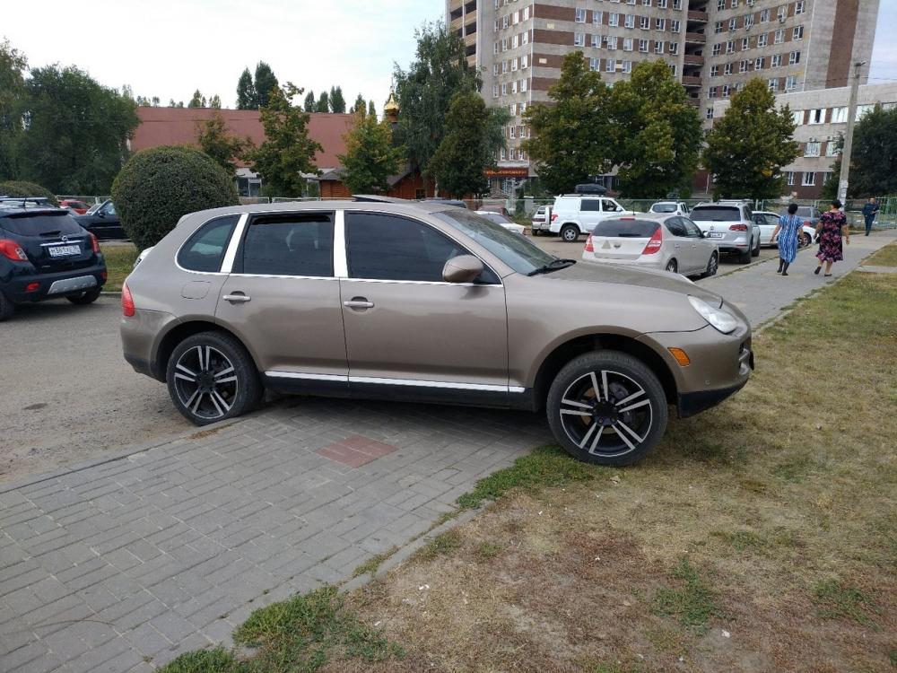 Дряхлый Porsche Cayenne устроил террор пациентам больницы в Воронеже