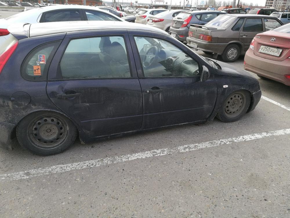 Смешно заниженную «Ладу» сфотографировали на парковке в Воронеже