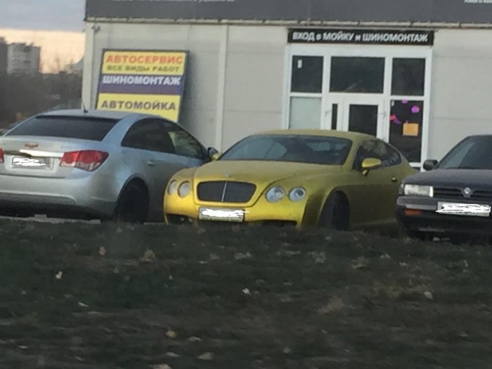 Золотой Bentley Continental GT сняли среди автохлама в Воронеже