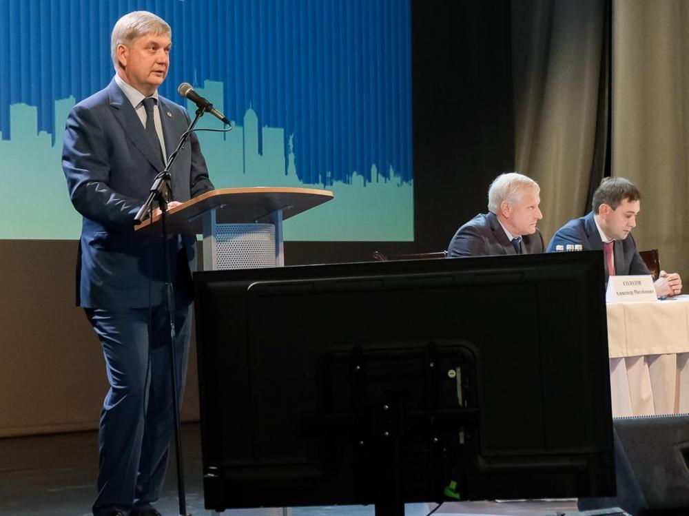 Губернатор Гусев обрадовал чиновников двойной прибавкой к зарплате