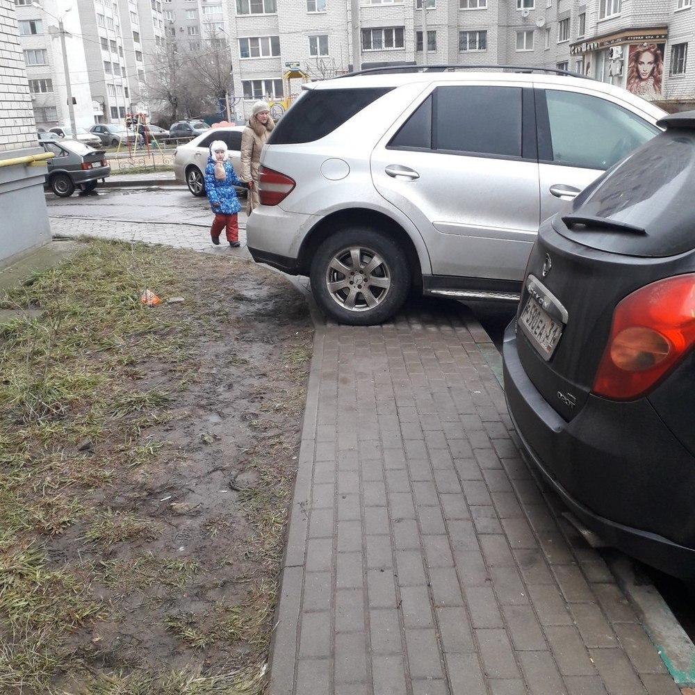Четкая парковка элитного внедорожника испортила утро воронежцам