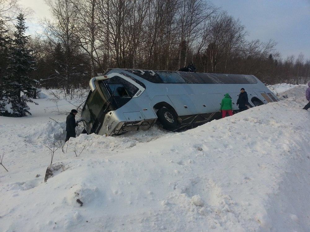 Пассажирский автобус вылетел в кювет и перевернулся в Воронежской области