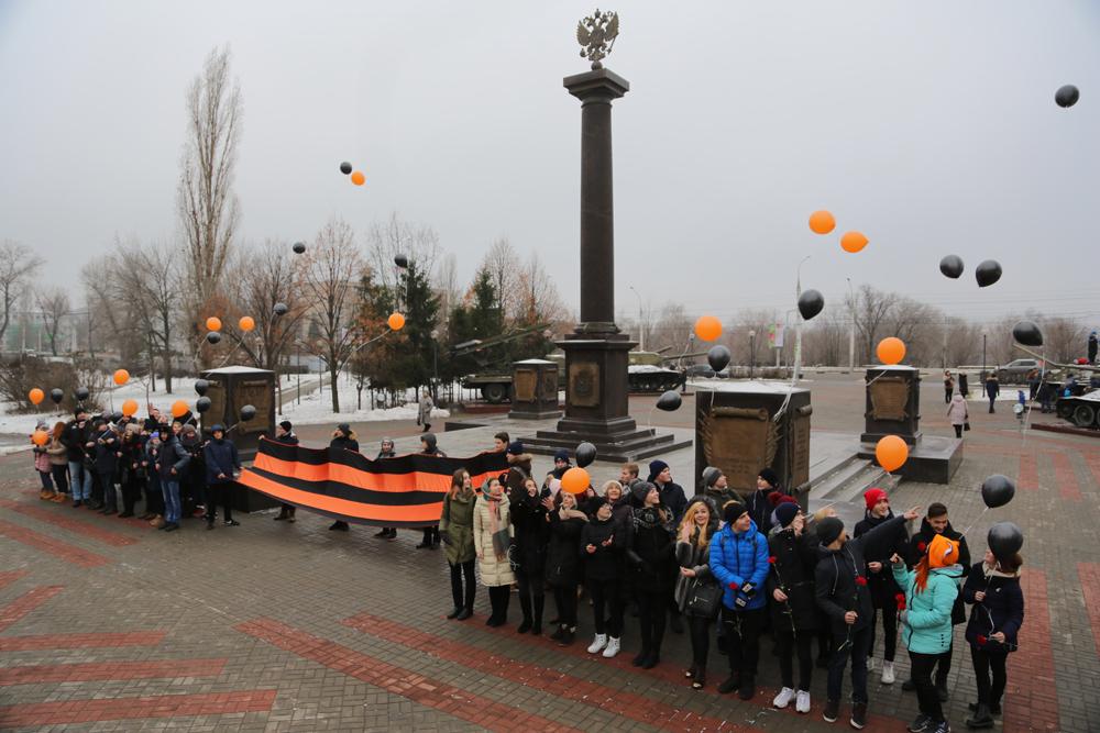 На День героев Отечества воронежские школьники выпустили в небо полсотни воздушных шаров