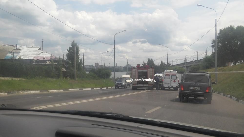 В Воронеже две легковушки лоб в лоб столкнулись у Северного моста