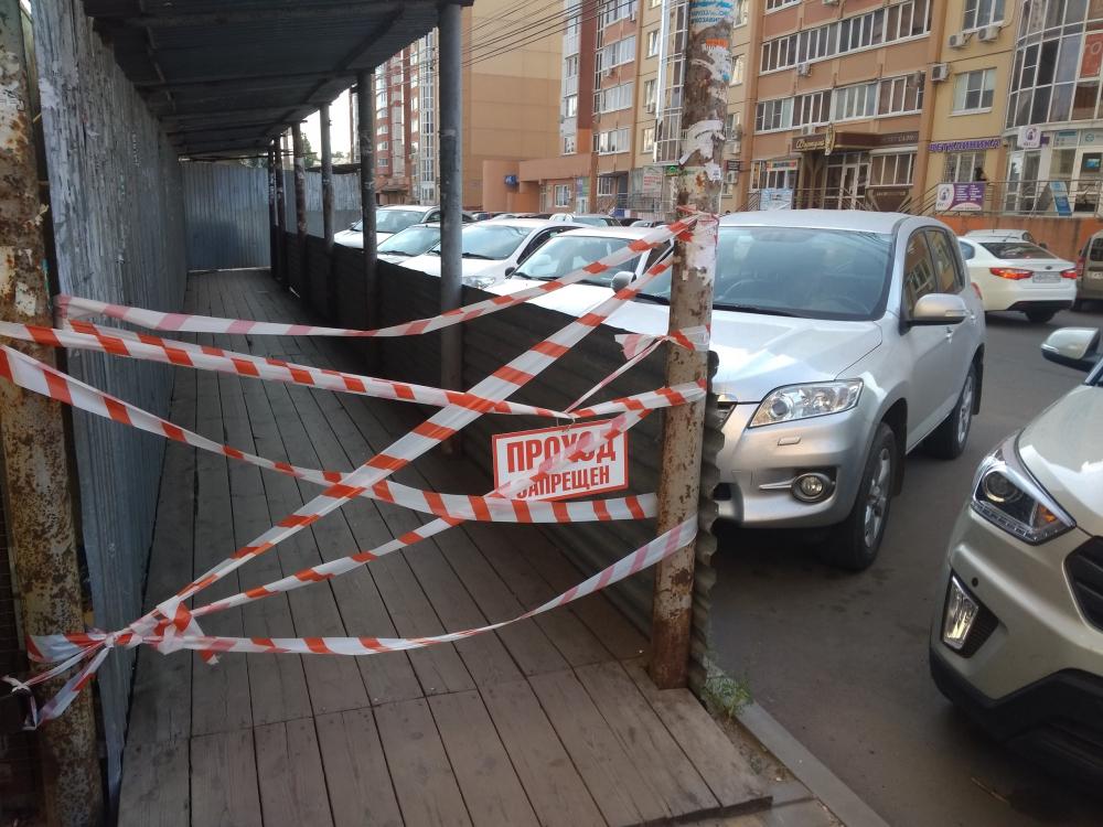 В центре Воронежа строители вынуждают прохожих идти по проезжей части