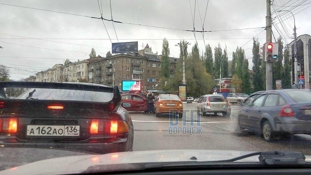 Центр Воронежа встал в пробке из-за ДТП на Заставе