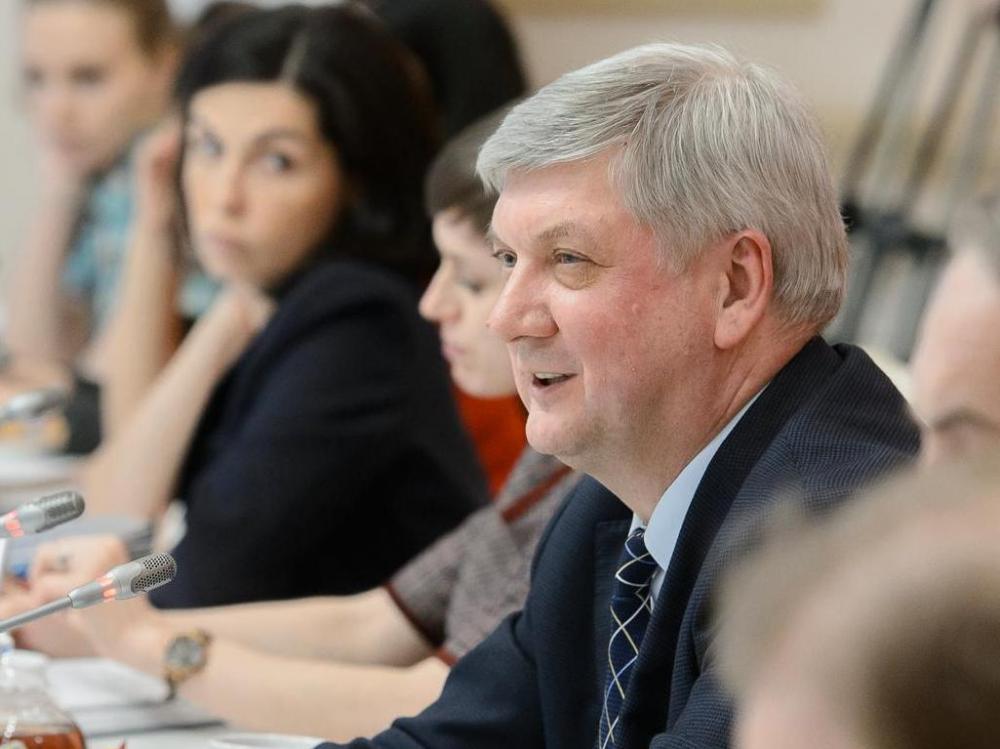 О нелегкой доле чиновников поведал губернатор Александр Гусев