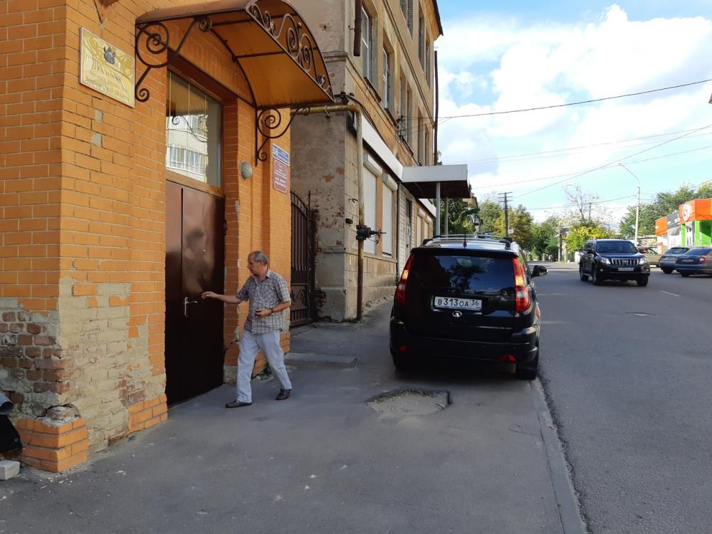 Уничижение чиновников и людей устроила иномарка с модным номером в Воронеже