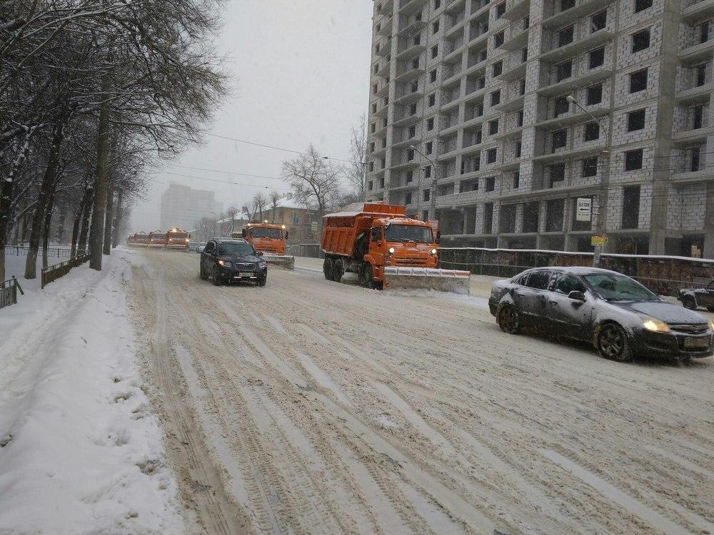 На борьбу с последствиями снегопада в Воронеже выехали коммунальщики