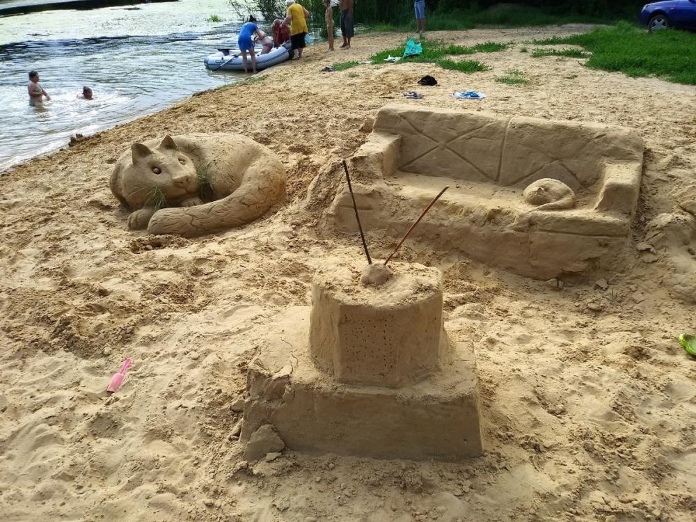 Реалистичные фигуры из песка создали на пляже в Воронежской области