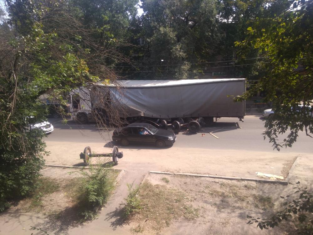 На видео попало, как при экстренном торможении у фуры рассыпались колеса в Воронеже