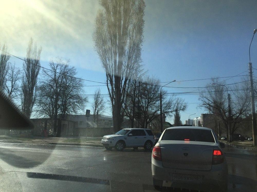 Развернутый на перекрестке в Воронеже светофор мешает водителям