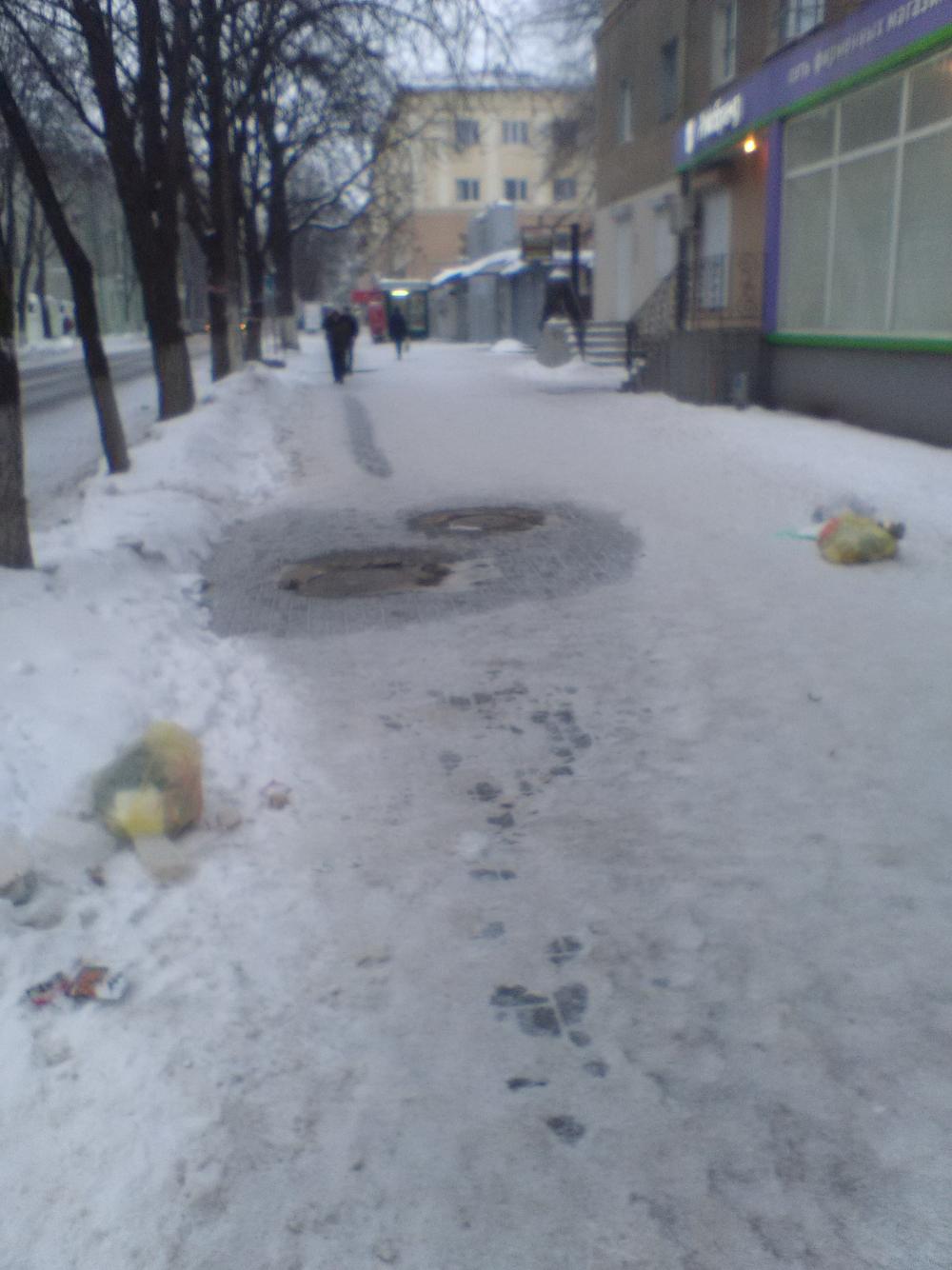 Жители центра Воронежа выкидывают мусор на головы прохожих