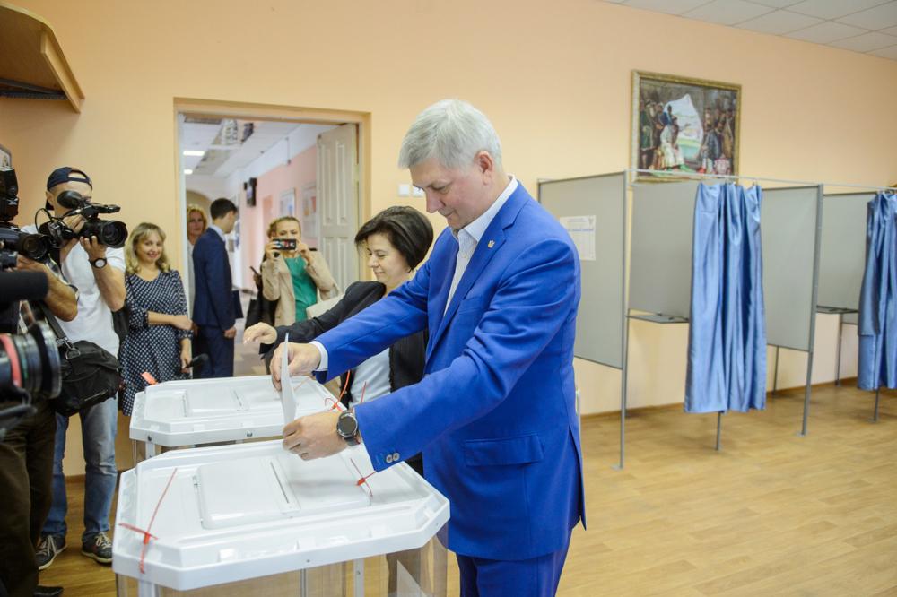 Единоросс Гусев проголосовал на выборах губернатора Воронежской области