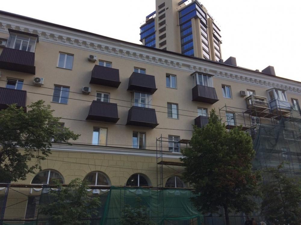 Один из красивейших домов Воронежа украсили балконами-гробами после капремонта