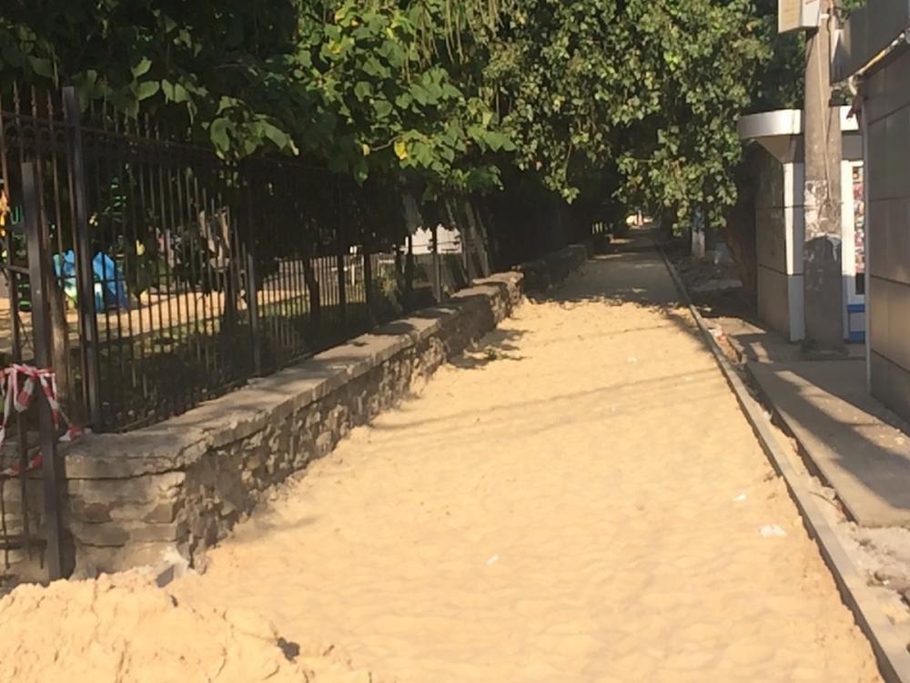 Рабочие разворотили и бросили дорожку у Комсомольского сквера Воронежа