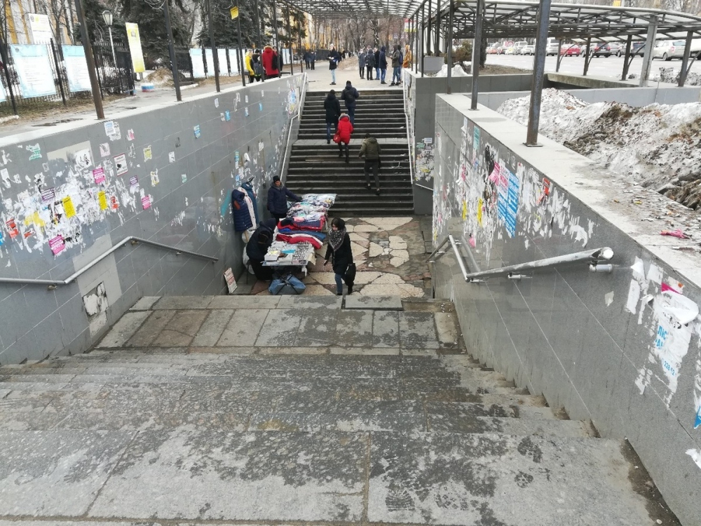 Переход у «политеха» в Воронеже превратился в общественный туалет