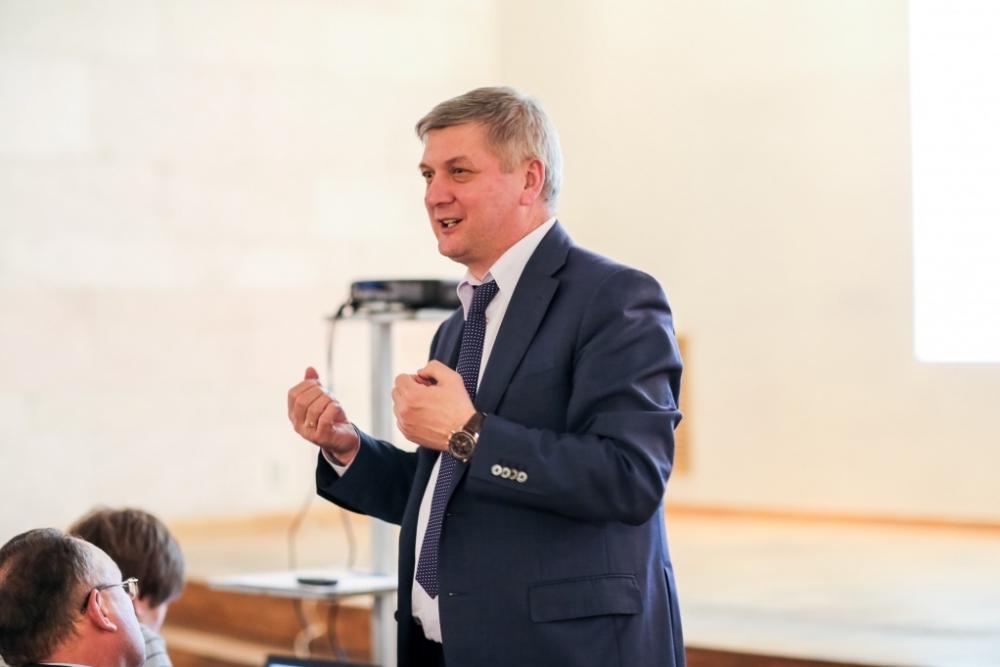 Воронежский губернатор защитил выплату 23 окладов своему заместителю