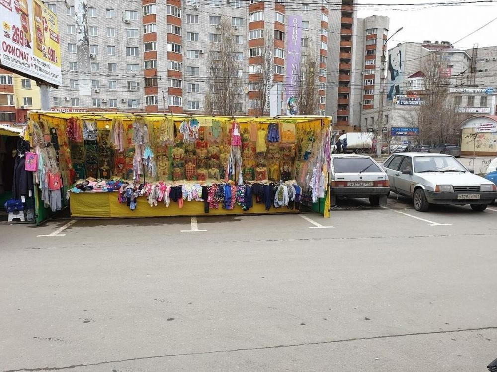 Торговцы захватили парковку у ТЦ в Воронеже