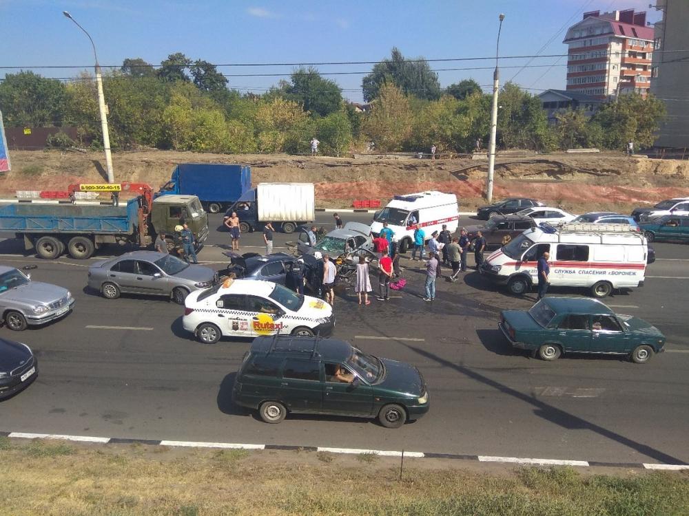 В страшной массовой аварии на воронежской Чижовке пострадали 6 человек