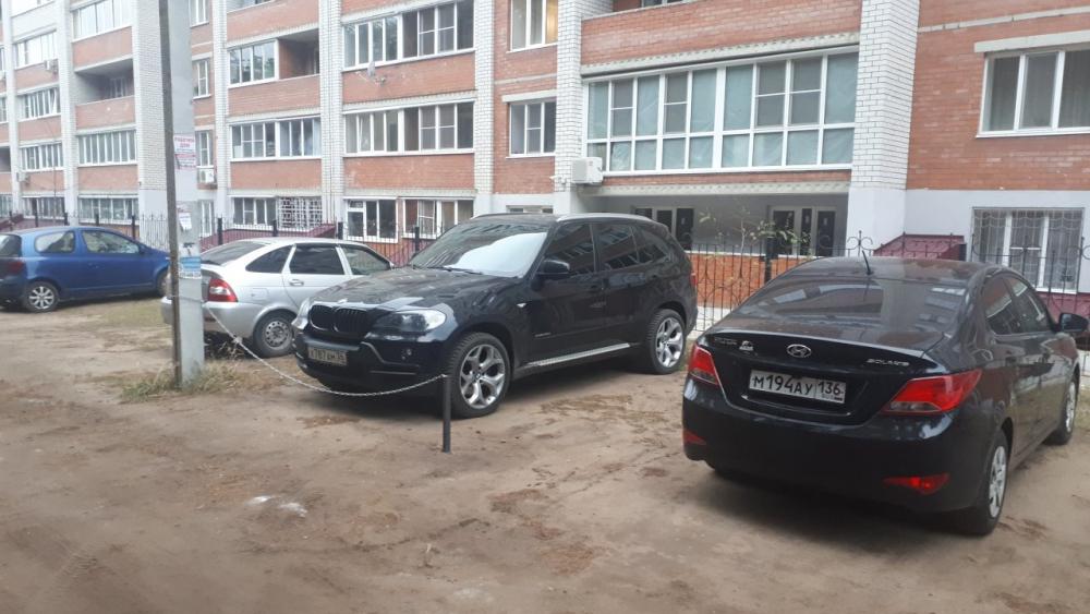 Царское место под парковку соорудил для себя у дома водитель BMW в Воронеже