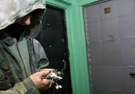 Норковую шубу и инструменты украли из подъезда в Воронеже