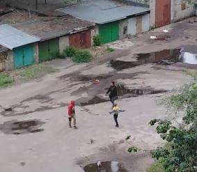 Разборки детей и взрослого сняли у гаражей в Воронеже