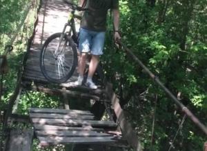 Рискованную переправу велосипедистов по мосту сняли на видео под Воронежем