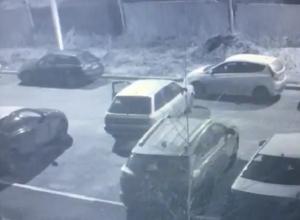Странное новогоднее ДТП на парковке в Воронеже попало на видео