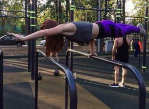 Сумасшедшее упражнение на брусьях показала девушка из Воронежа