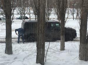 Пользователи соцсетей высмеяли Hummer, застрявший в воронежском дворе