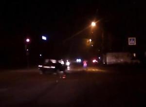 На видео попало, как воронежский стритрейсер на «шестерке» чуть не сбил пешехода
