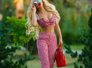 Роковую блондинку в вызывающем наряде заметили на улице в Воронеже