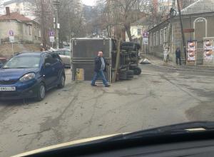 В центре Воронежа «Газель» перевернулась после столкновения с легковушкой