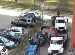 Эвакуация автомобилей из воронежского двора вызвала злорадные комментарии