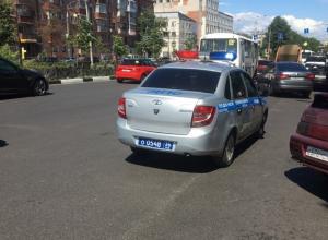 В Воронеже гаишник припарковался вторым рядом и ушел по своим делам