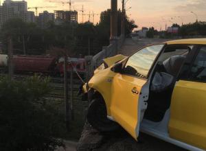 Зависшее над пропастью разбитое такси живописно сняли в Воронеже