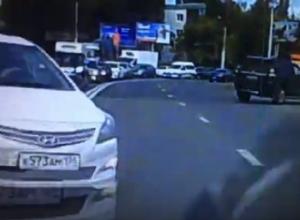 На видео сняли, как водитель устроил ДТП, объезжая пробку по встречке в Воронеже