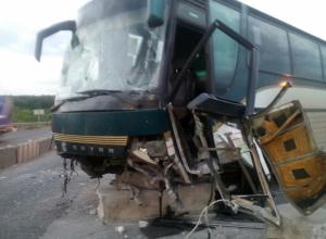 Один человек погиб и четверо пострадали в столкновении автобуса с КамАЗом под Воронежем