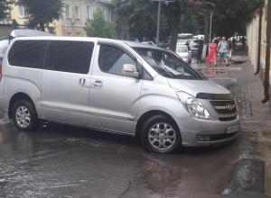 В центре Воронежа после ливня иномарка провалилась под асфальт
