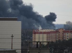 73 спасателя борются со страшным пожаром на складе в Воронеже