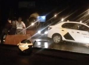 Спасение машины из огромной ямы на 9 Января показали на видео в Воронеже