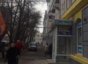 Воронежцы пришли в ужас от огромных камней, летящих им на головы над магазином игрушек