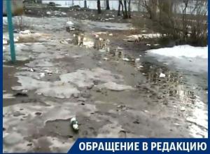 На юго-западе Воронежа дети гуляют во дворе, превратившемся в свалку