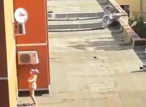Голая пенсионерка на крыше в центре Воронежа шокировала горожан