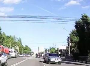 Гоняющий зигзагами по встречке BMW X5 сняли на видео в Воронеже
