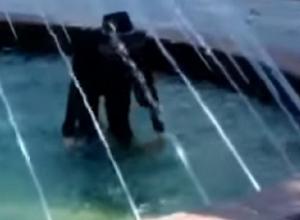 Участник «Битвы экстрасенсов» искупался в фонтане в центре Воронежа