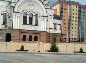 Парковочные места для священников с номерами «ААА» и «АМР» у храма в Воронеже возмутили горожан