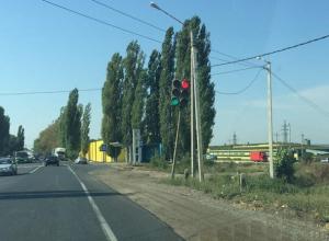 Конфликтную пару светофоров, вгоняющую в ступор, сняли под Воронежем